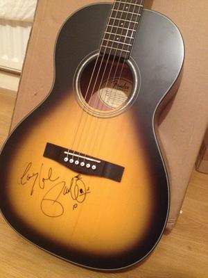Fender accustic guitar (sign by Paulo Nutini)