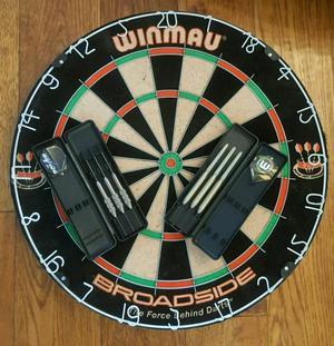 Dart board snd 2 sets of darts