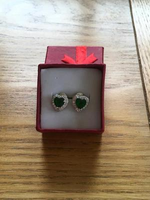 Jewellery ladies silver heart earrings with a natural emerald gem new