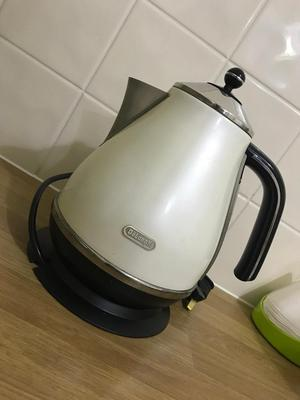 Delonghi Kettle, in white, fully boxed