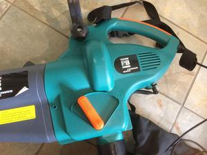 Electric garden leaf blower / vacuum