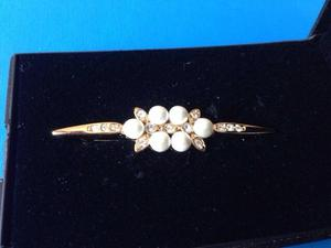 New gold plated brooch with pearls