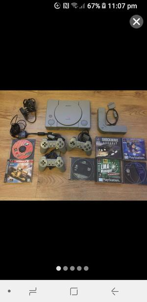 PLAYSTATION 1 WIT 3 CONTROLLERS & EXTRAS