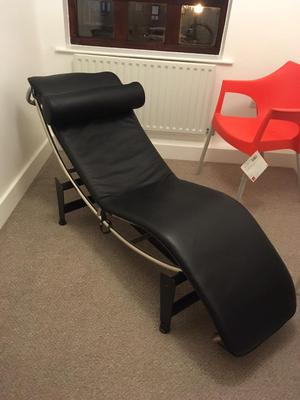 Black Leather designer chaise Le Cornusier