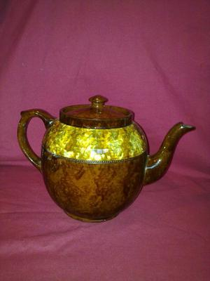 Nice 6-8 cup Teapot with proper lid