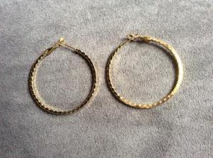 MEDIUM SIZE PATTERNED GOLD PLATED HOOP EARRINGS.