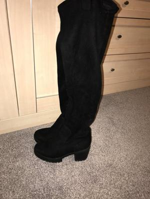 Woman's knee high boots size 4 worn twice great condition