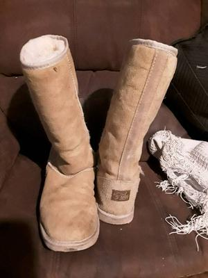 Australian ugg boots fits size 7 long leg used but in good condition