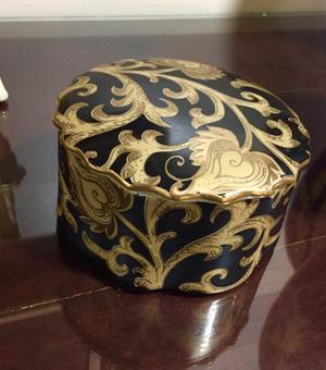 Stunning Chinese porcelain lidded jar