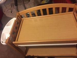 Baby changing table with detachable bath & accs shelf