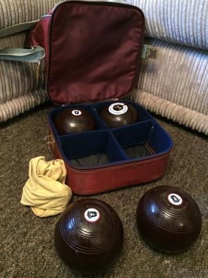 SET OF 4 BOWLS IN CARRY CASE