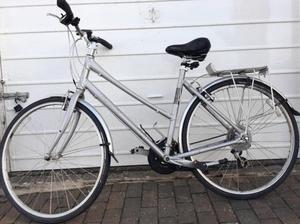 "Quality Giant Ladies Hybrid bike 700c alloy wheels 20"" frame"