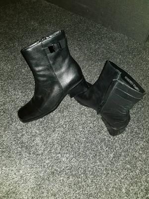 Size 6 black leather boots good as new