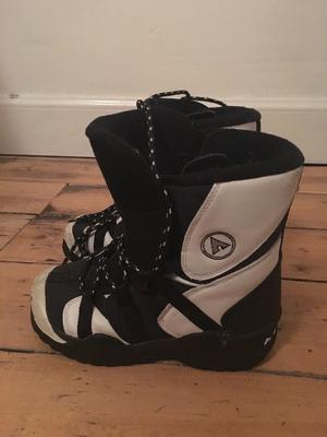 Freestyle snowboard boots