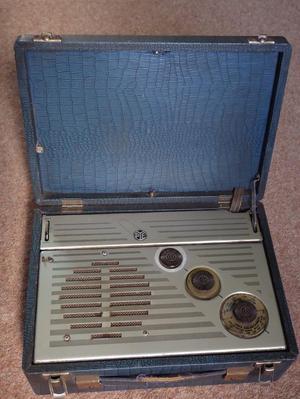 Vintage PYE P31MBQ portable valve radio s