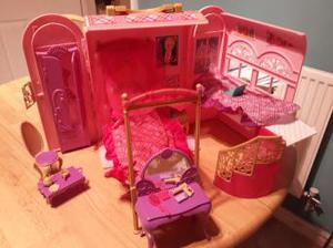 Portable and compact dolls house