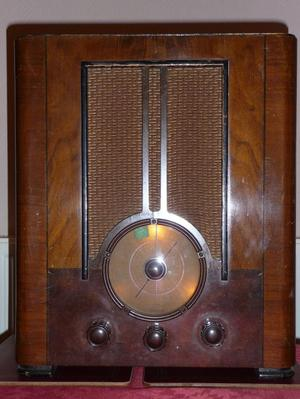 VINTAGE RADIO C  IN WORKING ORDER