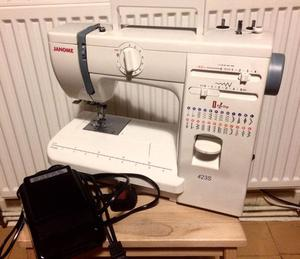 JANOME 423S SEWING MACHINE WITH COVER CASE - EXCELLENT CONDI