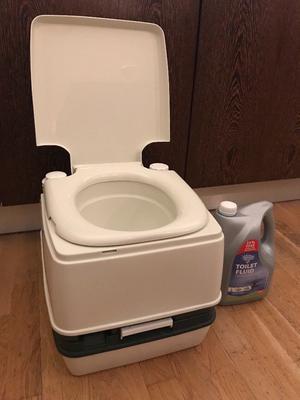 Flushable portable toilet with 4L fluid