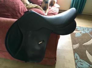 17.5 close contact jumping saddle