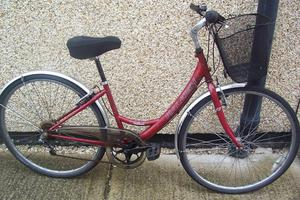 RALEIGH LADIES BIKE WITH FRONT BASKET.