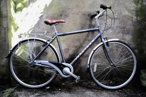 RIDGEBACK AVENIDA 7. 21 inch, 53.5 cm. Hybrid road bike, 7 speed, lightweight, like new condition