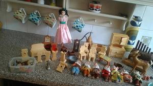 Snow White and the Seven Dwarvs and Furnitureilyesa