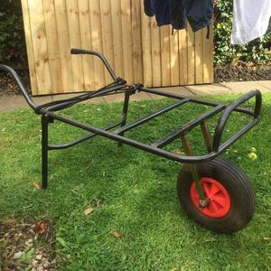 Tackle wheelbarrow with large pneumatic wheel