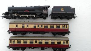 00 gauge triang princess Elizabeth loco and tender with two carriages £5