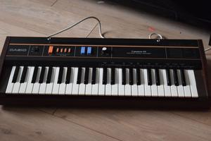 CASIO CT-101 KEYBOARD MADE IN JAPAN/POWER CABLE/CAN BE SEEN WORKING