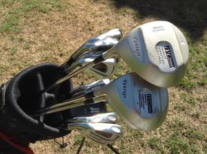GOLF CLUBS LEFT HANDED. FULL SET IRONS 3 TO S/W + WOODS 1-3-5 and PUTTER. WITH LIGHT WEIGHT BAG.