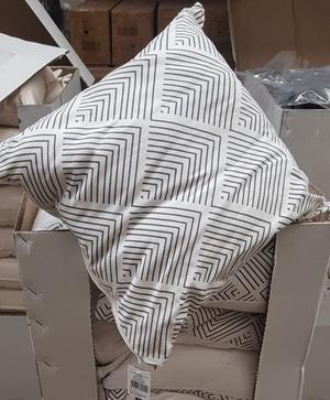 4 X CUSHIONS WITH COVER & ZIPS BRAND NEW FROM HOMEBASE £ 3.00 EACH