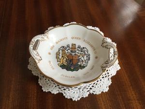 Coalport twin handled Queen Elizabeth 11 silver Jubilee sweet dish ()