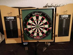 Unicorm phil the power Taylor dartboard and cabinet + 2 sets of darts