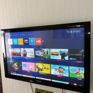 SAMSUNG Plasma 50 inch TV with Table Stand & Wall Mount Fixings. Great for Gamers or as a TV.