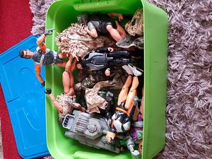 Large tub of action men /toy soldiers and vehicles