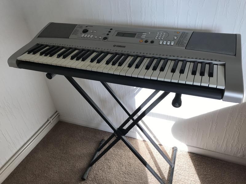 Yamaha Keyboard with Stand PSR E313