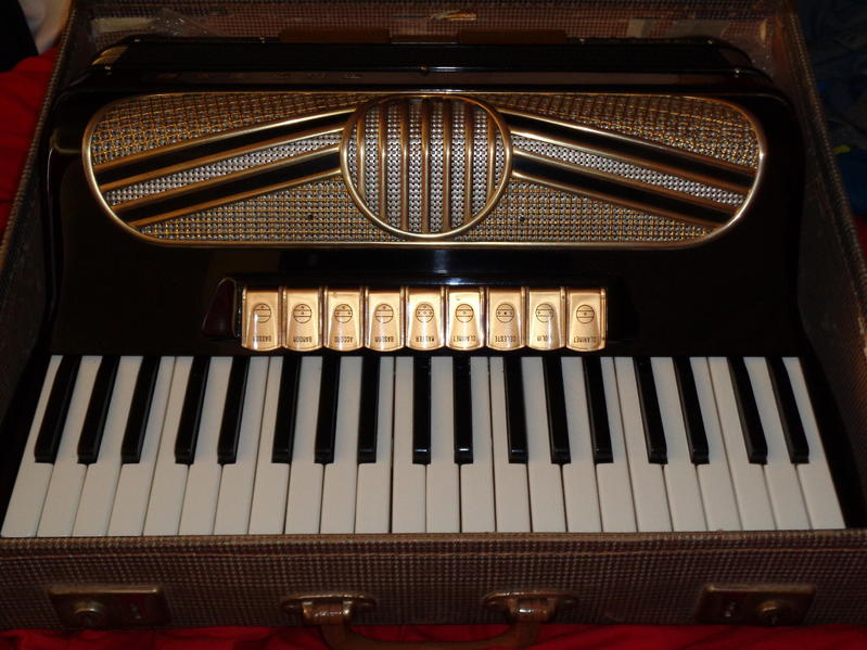 PIANO ACCORDION HOHNER MUSETTE MIDI 120 BASS WITH VOICE