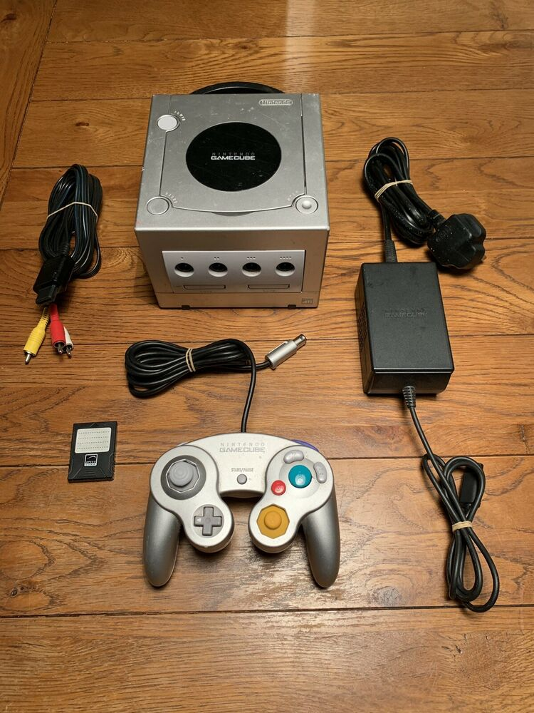 NINTENDO GAMECUBE GAMES CONSOLE IN SILVER - COMPLETE SET UP
