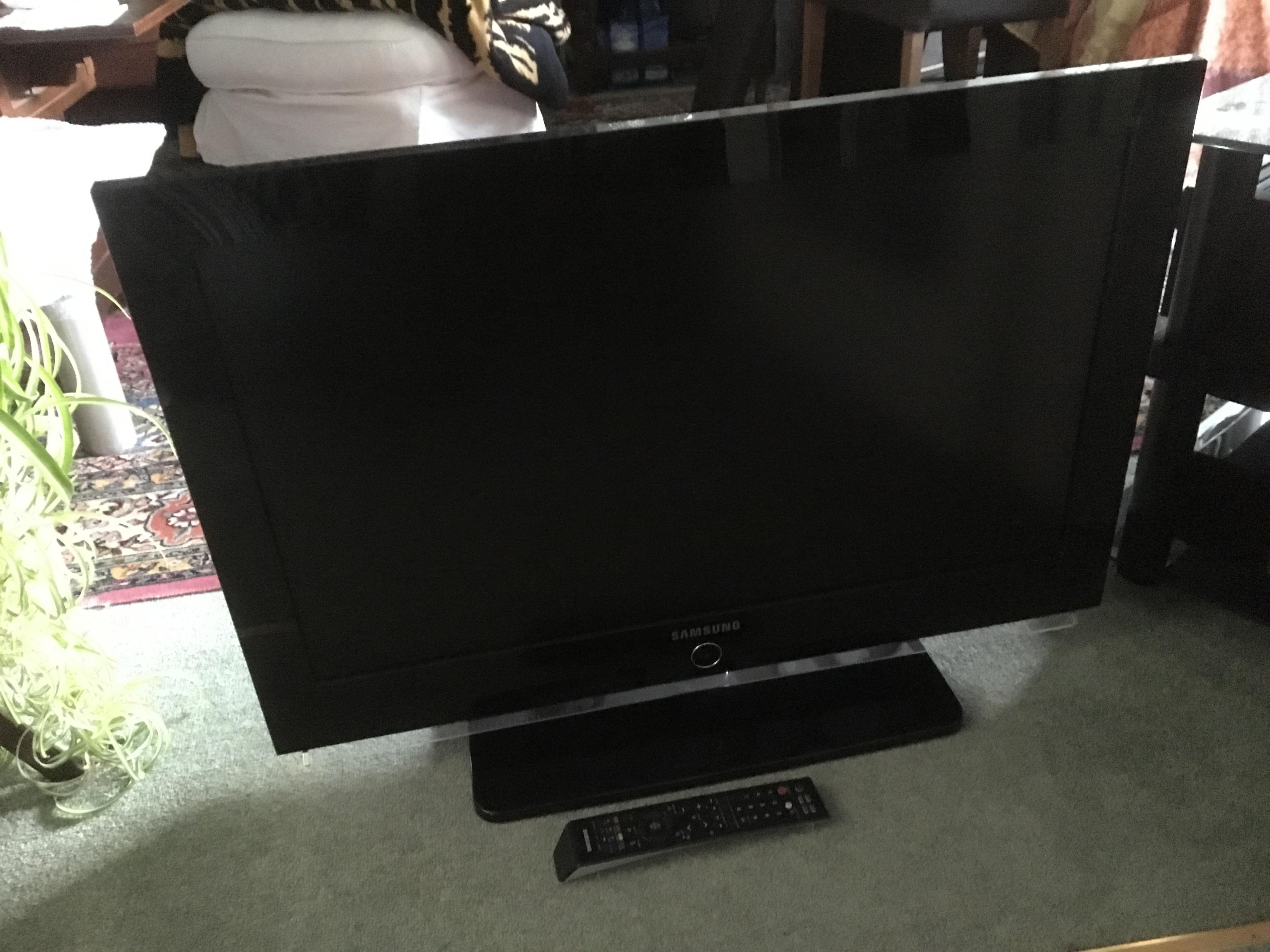 SAMSUNG flatscreen 32 inch tv,HD ready digital freeview LCD