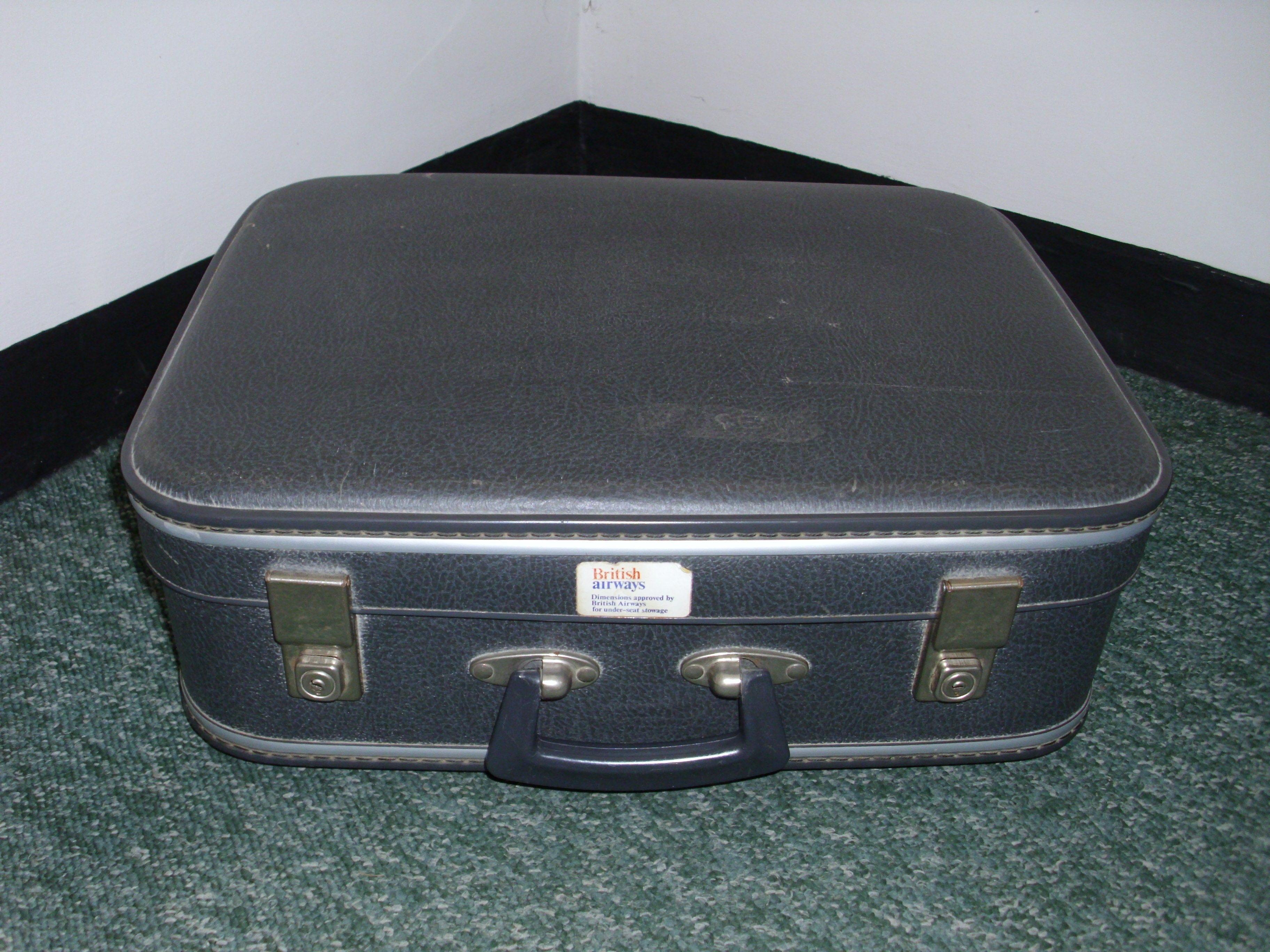 Grey Hard Shell Suitcase - 35cm x 45cm x 15cm - Used/good