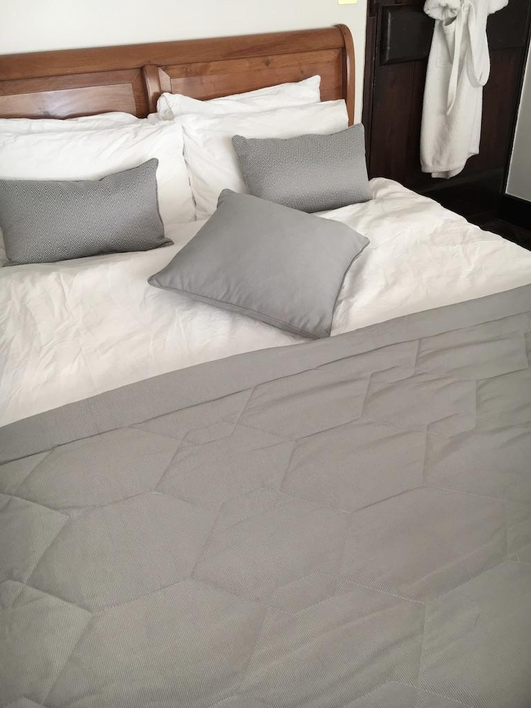 LUXURY QUILTED SILVER GREY THROW/BEDSPREAD SET