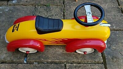 Retro style ride on racing car