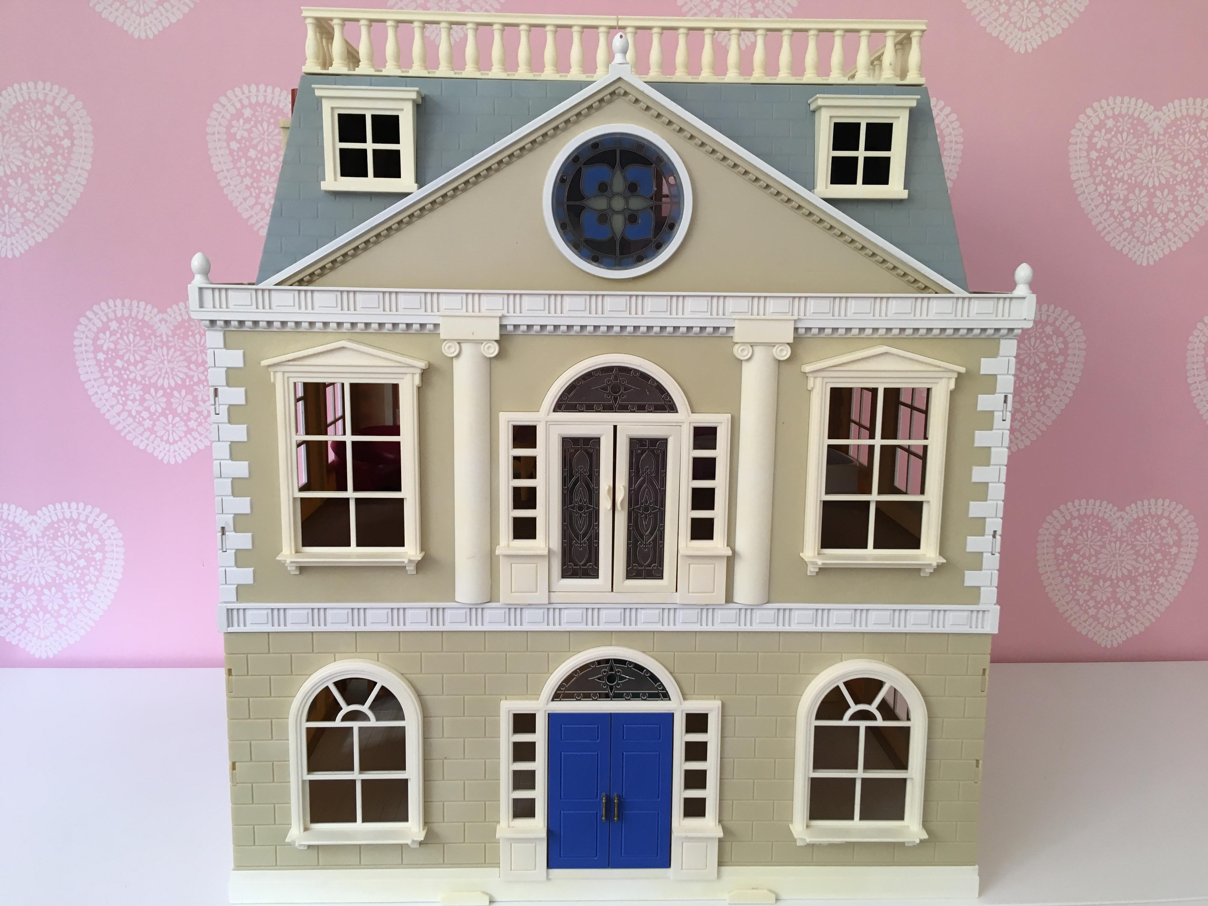 Sylvanian Families Hotel with figures and furniture