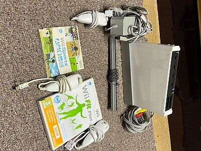 Nintendo Wii 8GB White Console with 3 nunjucks wii sport and