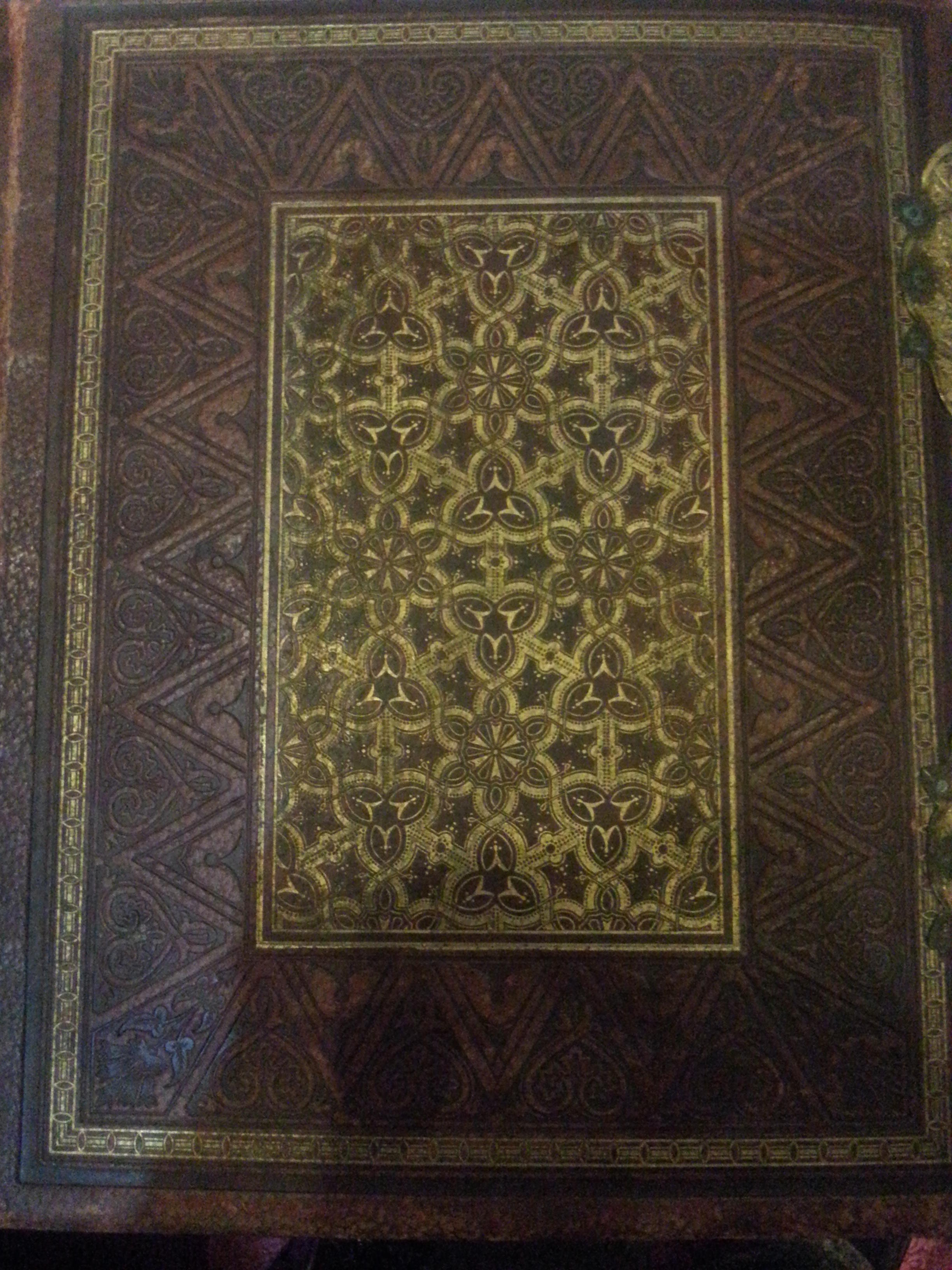LARGE LEATHER BOUND ANTIQUE PULPIT BIBLE (. Collectors.