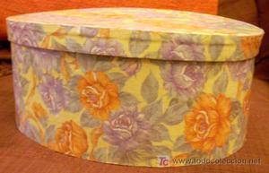 Caja de cartón ovalada en crema con flores azules y