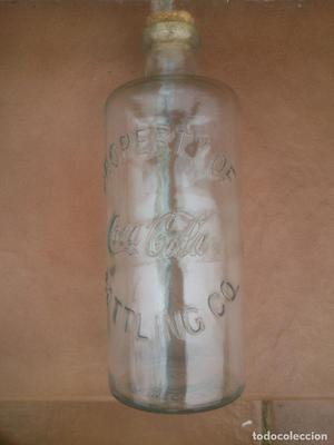Coca Cola. Botella de cristal con letras en relieve.