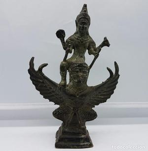 Escultura antigua en bronce del dios shri vishnu montado