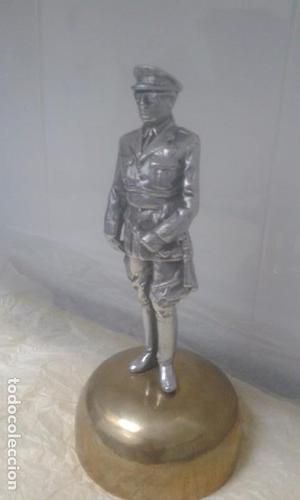 estatua.escultura de francisco franco sobre peana de una